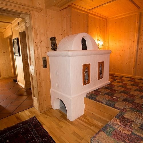 Tile stove with lounge area